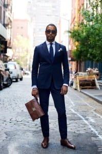 Blauw pak bruine schoenen